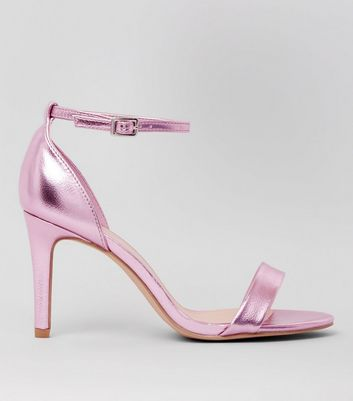 Rosa High Heels mit Riemchen in Metallic-Optik mit weiter Passform