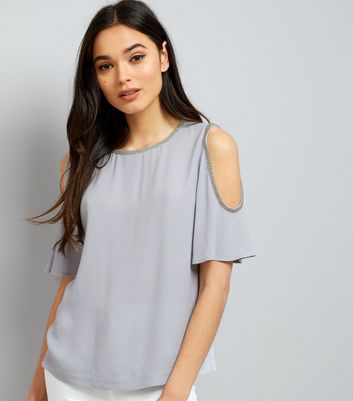 Zartblaues Cold-Shoulder Top mit Zierborte
