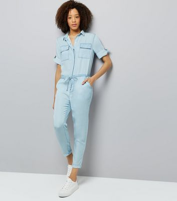 Blauer Denim-Jumpsuit mit Bindegürtel