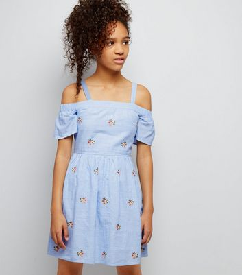 Teenager – Blaues Cold-Shoulder-Kleid mit Blumenstickerei