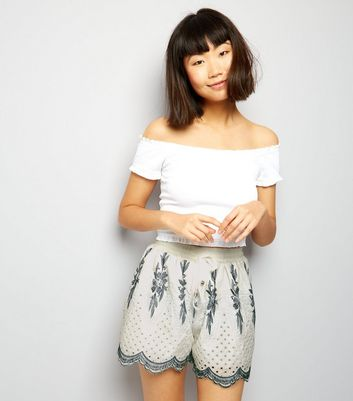 Cameo Rose White Scallop Hem Shorts