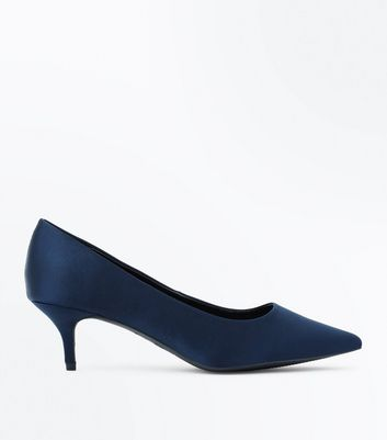 Wide Fit – Marineblaue Satinpumps mit Kitten Heel