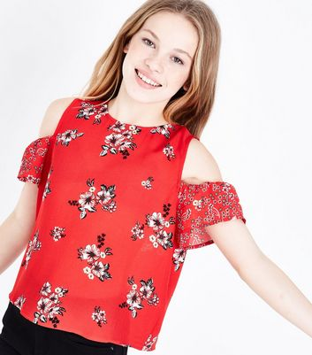 Teenager – Rotes Cold-Shoulder-Top mit kontrastierendem Blumenmuster