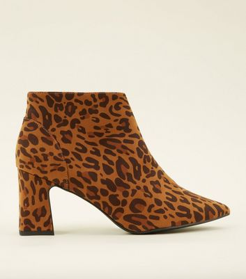 Wide Fit – Braune wadenhohe Stiefel mit Wildleder-Optik. Leoparden-Print und Blockabsatz