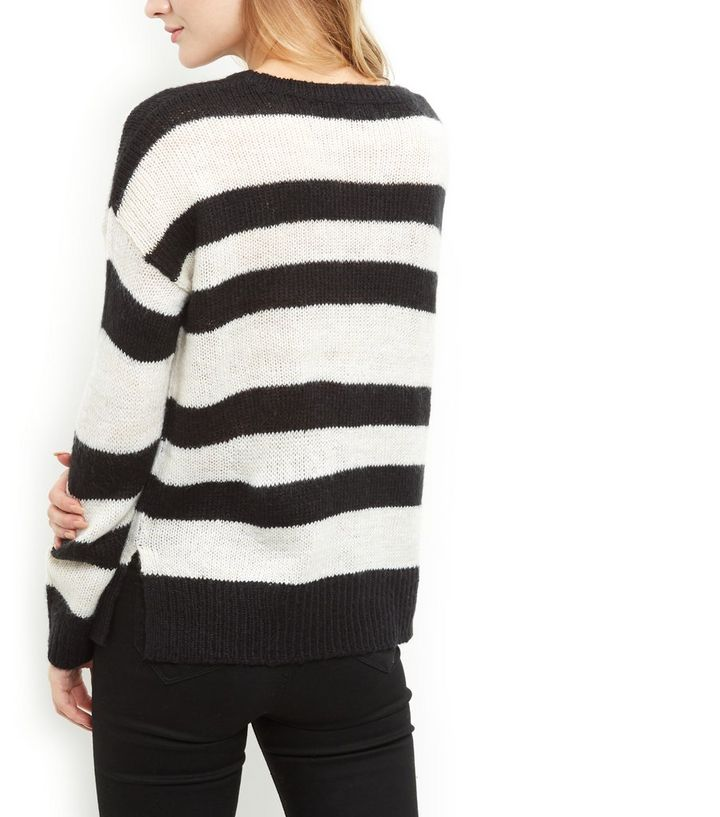 14187b3a59 ... Femme · Pull rayé noir et blanc à coupe droite. ×. ×. ×. Shopper le look