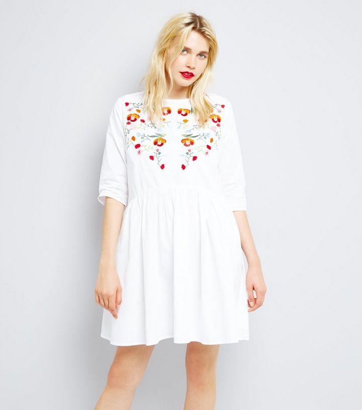 1e499638a4b Innocence - Robe blanche à fleurs brodées