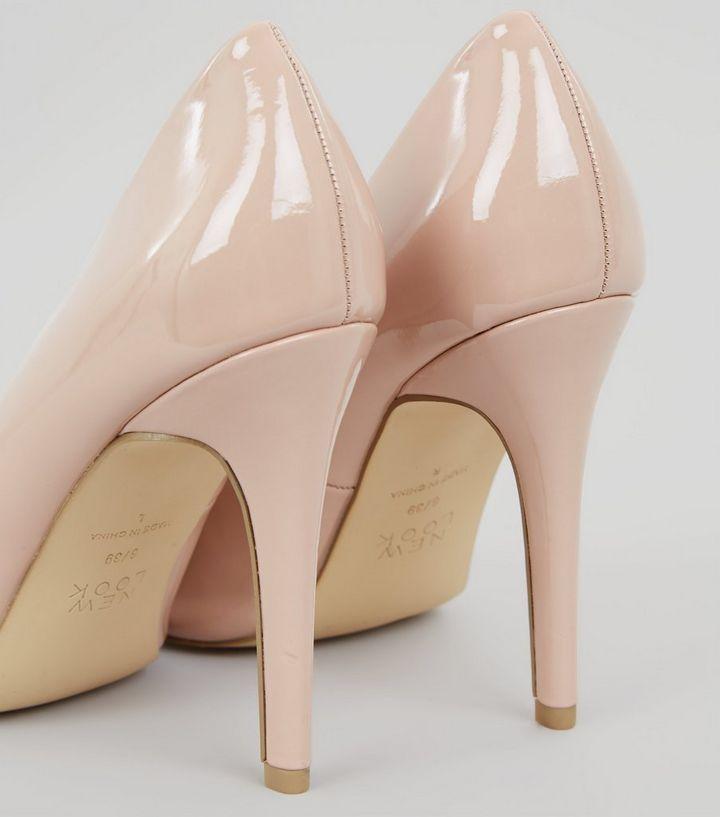 fdb4b0de3ef56c ... Escarpins pointus rose pâle vernis à talons. ×. ×. ×. VIDÉO Shopper le  look