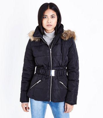 Petite – Schwarze, dicke Jacke mit Gürtel Für später speichern Von gespeicherten Artikeln entfernen