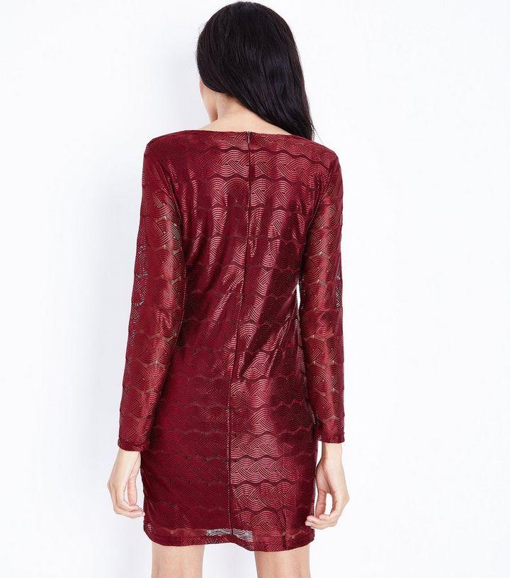 more photos 35118 6c0e0 Mela – Weinrotes Kleid in Wickeloptik mit wellenförmiger Spitze Für später  speichern Von gespeicherten Artikeln entfernen