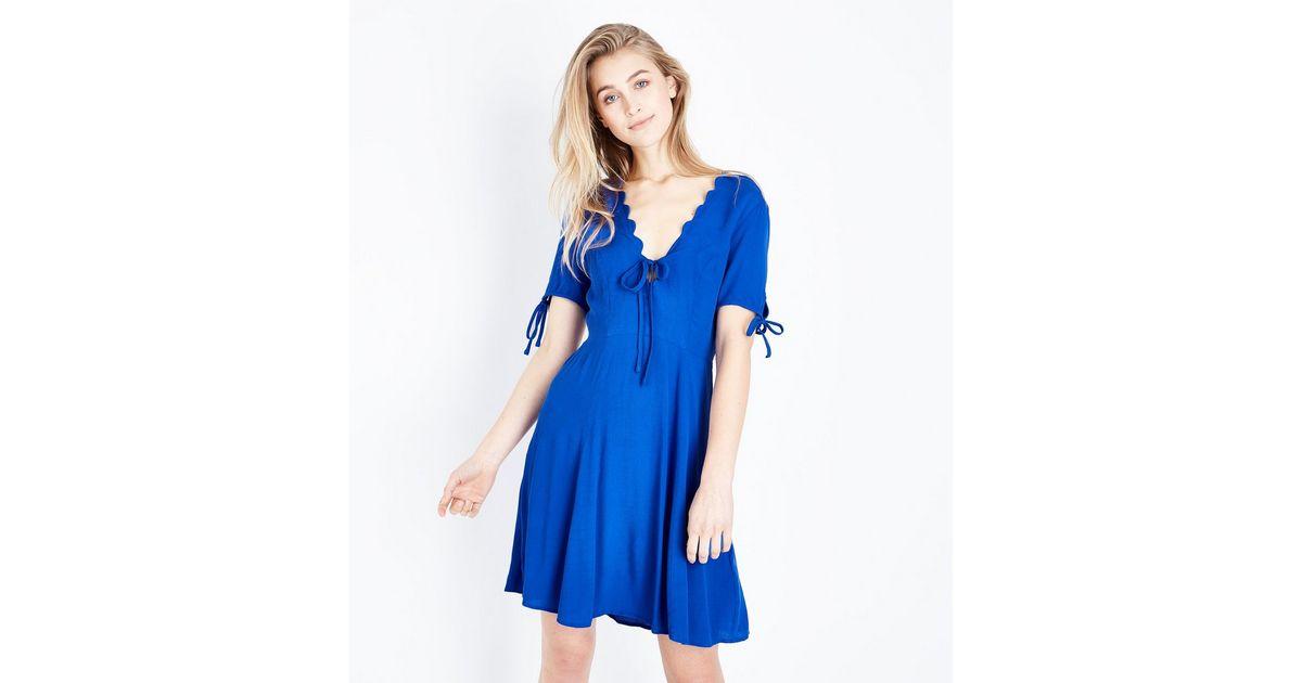 Blaues Kleid mit V-Ausschnitt und Muschelsaum | New Look