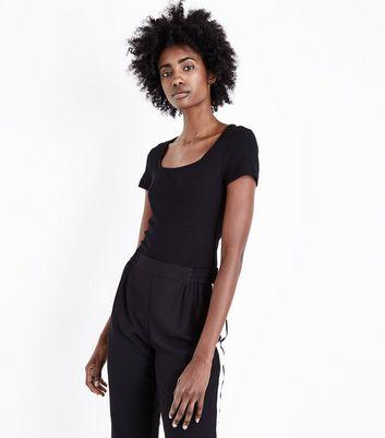 Schwarzes, geripptes T Shirt mit eckigem Ausschnitt Für später speichern Von gespeicherten Artikeln entfernen