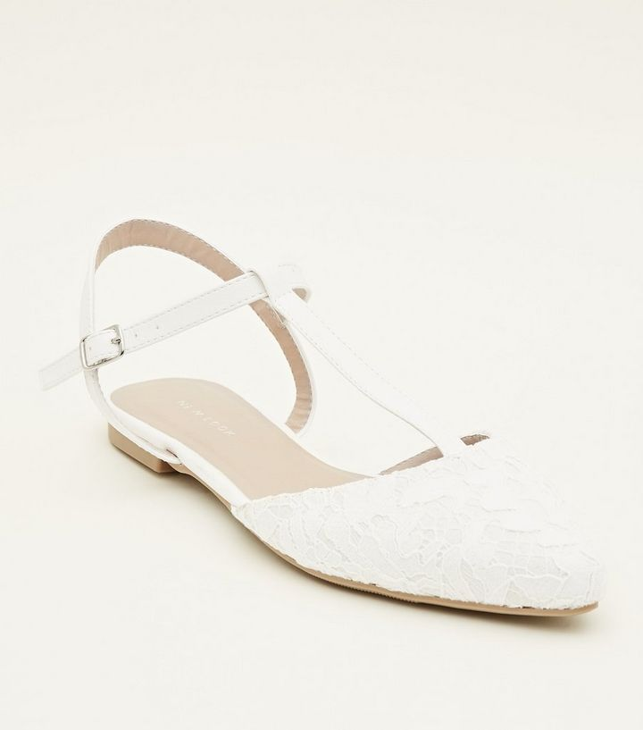 promo code ed720 324b1 Weiße, flache Schuhe mit Zehentrenner, Blumenmuster und Spitze Für später  speichern Von gespeicherten Artikeln entfernen