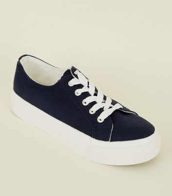 Wide Fit – Marineblaue Canvas-Sneaker mit Plateausohle