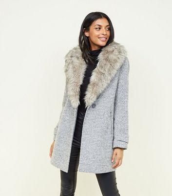 Grauer Mantel mit Fake Fur Kragen und Schal Für später speichern Von gespeicherten Artikeln entfernen