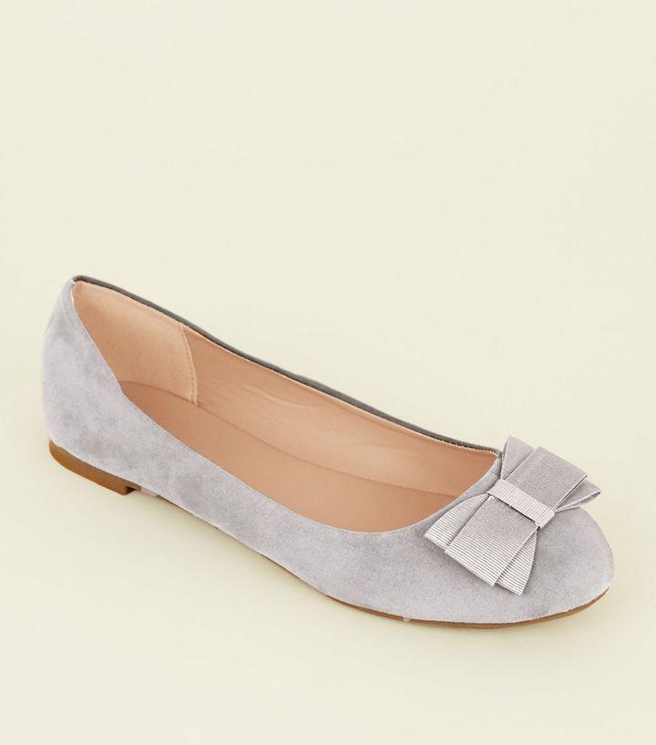 sports shoes f31f0 791d1 Wide Fit – Graue Ballerinas in Wildleder-Optik mit Schleife Für später  speichern Von gespeicherten Artikeln entfernen