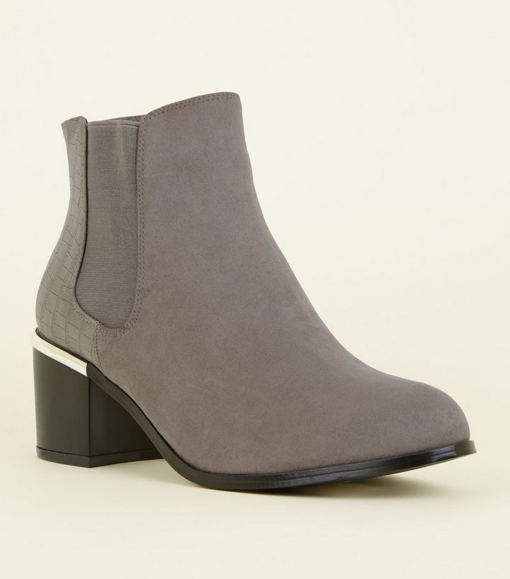 separation shoes af622 923b7 Wide Fit – Graue Stiefel in Wildleder-Optik mit Kroko-Muster Für später  speichern Von gespeicherten Artikeln entfernen