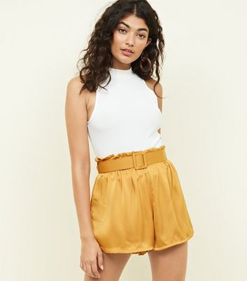 Cameo Rose - Short en satin jaune moutarde à ceinture