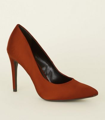 Escarpins pointus en satin orange mat