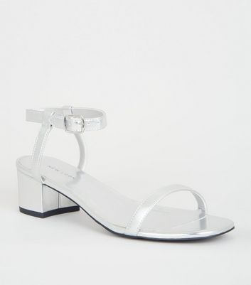 Silberfarbene High Heels in Metallic-Optik mit niedrigem Blockabsatz