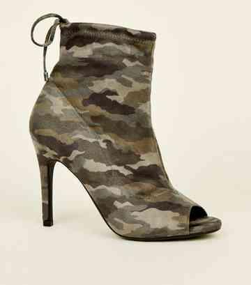 4c5b44c4c63400 Bottes style chaussettes en suédine kaki à imprimé camouflage et bouts  ouverts ...