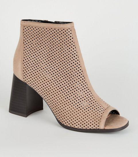 533a03ae3fc7 ... Chaussures en suédine marron clair découpées au laser à bouts ouverts  ...