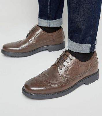 Dunkelbraune Brogues mit dicker Sohle