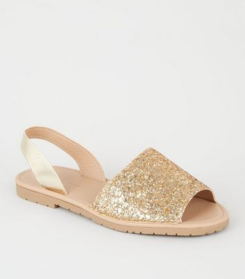 Goldfarbene, flache Sandalen in Metallic- und Glitzer-Optik