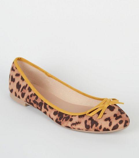 ... Wide Fit - Ballerines en suédine jaune à motif léopard ... dab858a1daf0