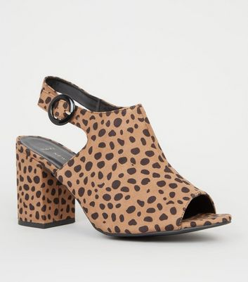 Wide Fit – Braune High Heels mit Animal-Print und Fersenriemchen