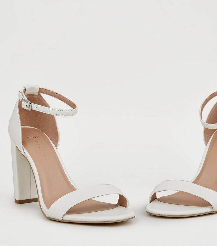 huge discount 600b0 3300b Wide Fit – Weiße Sandaletten mit Blockabsatz Für später speichern Von  gespeicherten Artikeln entfernen