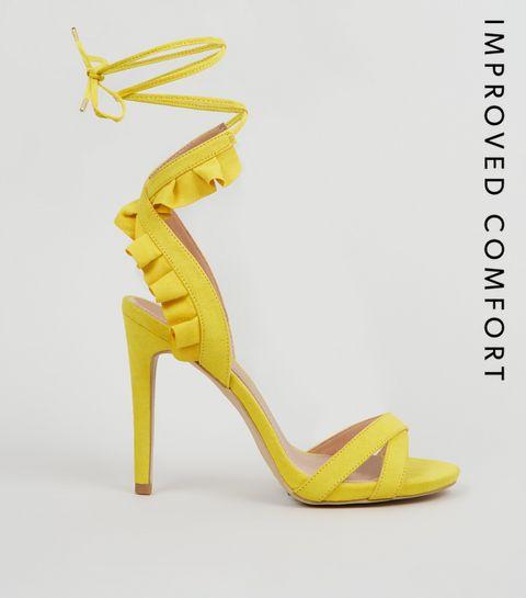 2fe59385ded ... Chaussures jaunes à talons aiguilles à nouer à la cheville et à volants  en suédine ...