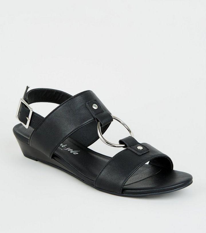 low priced 1a808 ac1ad Schwarze Sandalen aus Kunstleder mit Keilabsatz und Zierringen Für später  speichern Von gespeicherten Artikeln entfernen