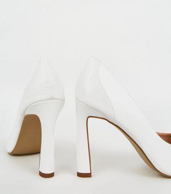 Weiße Schuhe in Kroko Optik mit ausgestelltem Absatz Für später speichern Von gespeicherten Artikeln entfernen