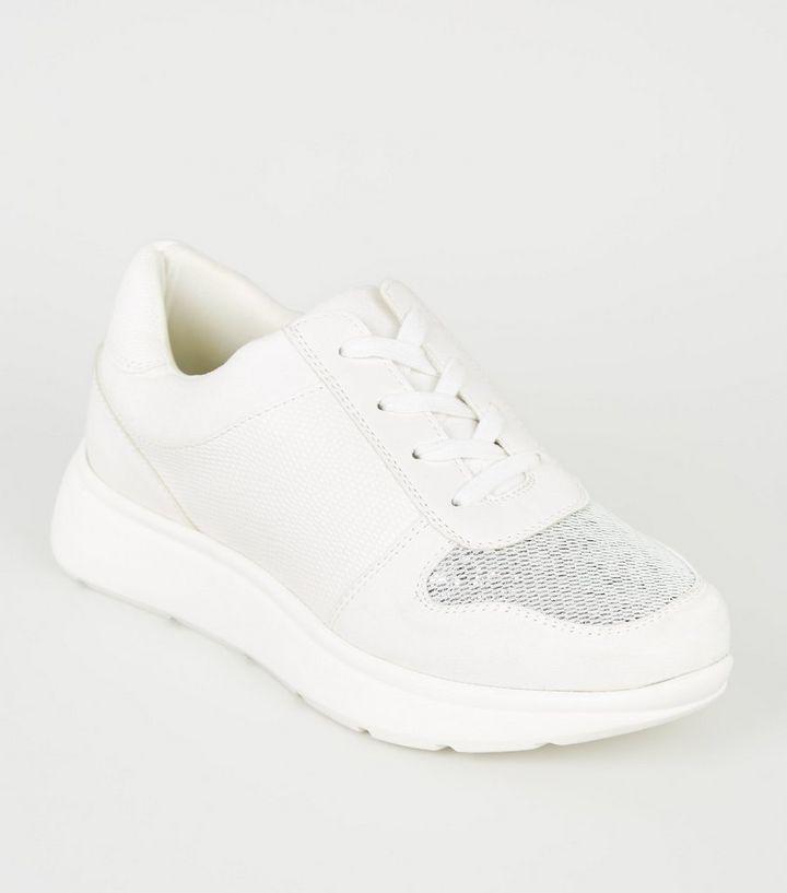 sehr schön neuartiger Stil detaillierter Blick Weiße Sneaker mit glitzerndem Metallic-Einsatz und dicker Sohle ...