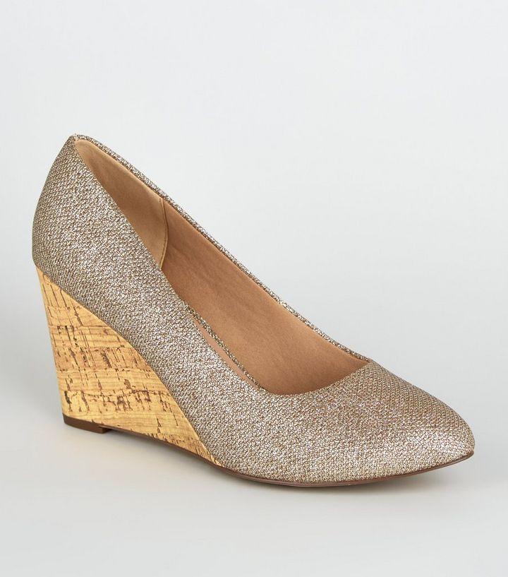 finest selection 29d9d 67724 Wide Fit – Gold glitzernde Schuhe mit Keilabsatz aus Kork Für später  speichern Von gespeicherten Artikeln entfernen