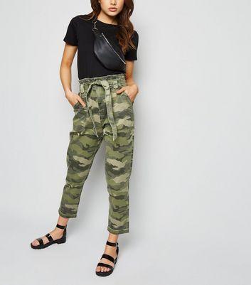 Grüne High Waist Jeans mit Taillenband und Camouflage Muster Für später speichern Von gespeicherten Artikeln entfernen