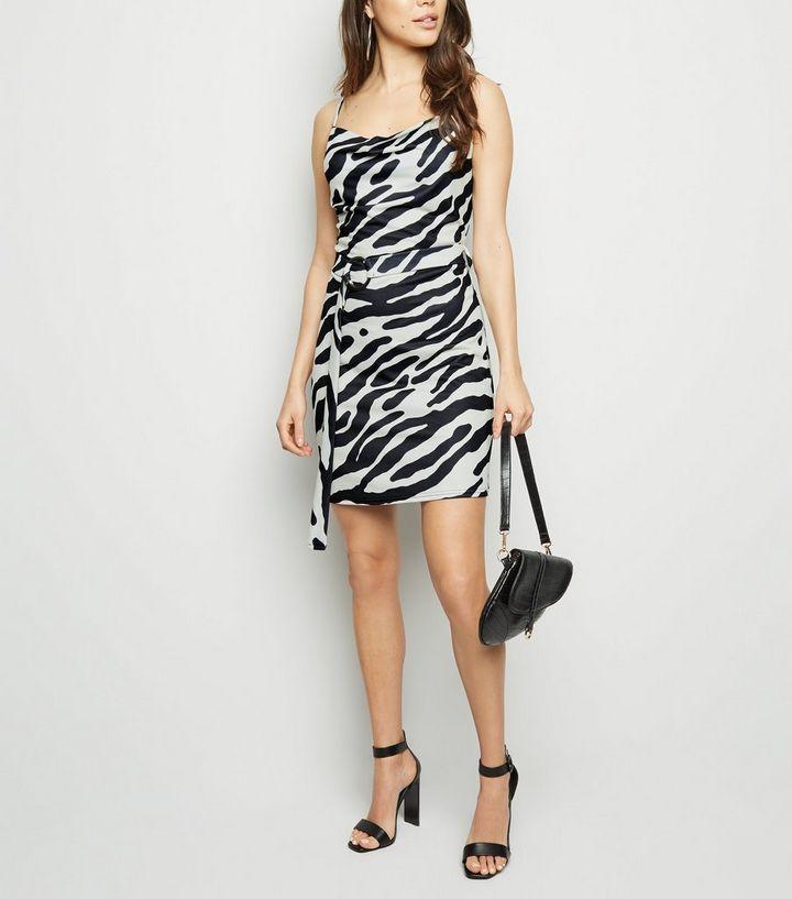 dad9404568e Cameo Rose – Schwarzes Kleid mit Wasserfallkragen und Zebramuster ...
