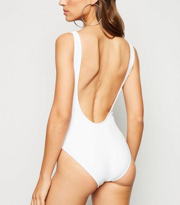 """brand new 8f51b 939a8 Weißer Badeanzug mit """"Wifey""""-Slogan und tiefem Rückenausschnitt Für später  speichern Von gespeicherten Artikeln entfernen"""