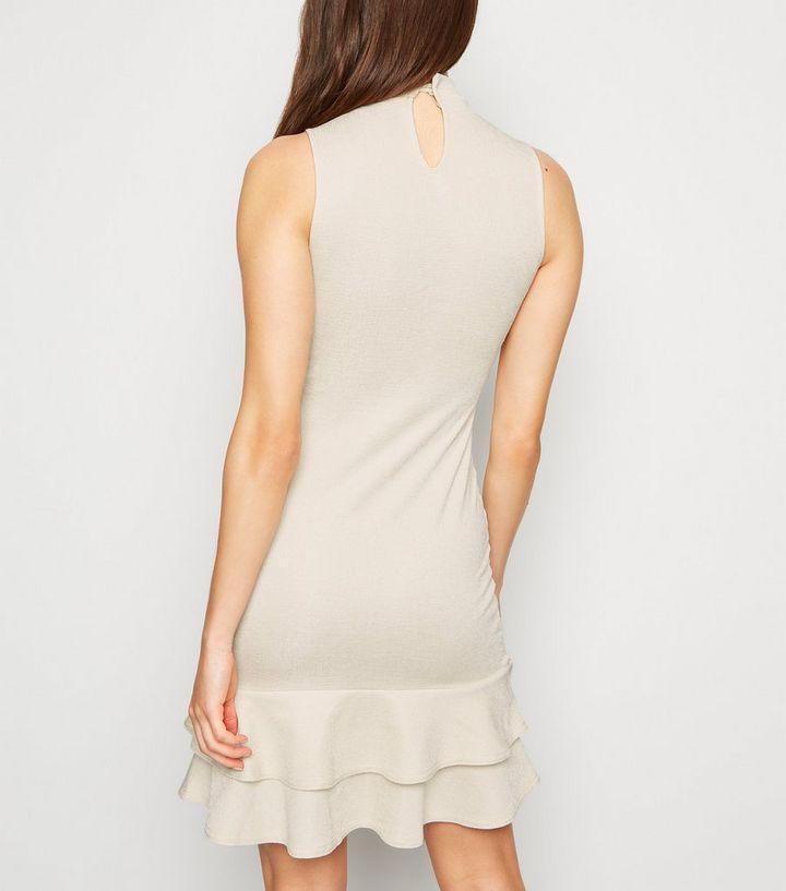 brand new 8c787 67b66 Cremeweißes Kleid mit Stehkragen und Rüschensaum Für später speichern Von  gespeicherten Artikeln entfernen