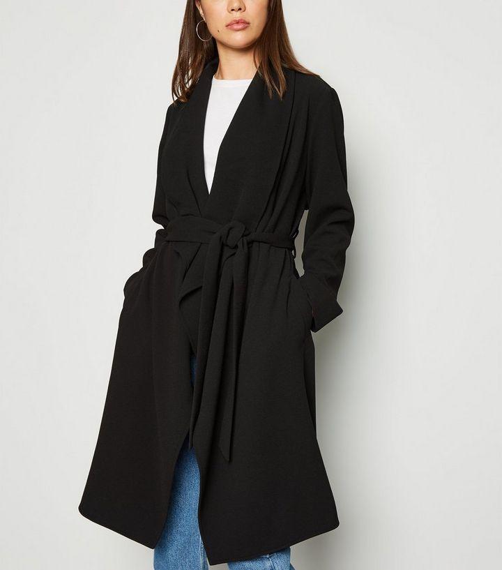 finest selection f15a6 75ffa Schwarze, leichte Jacke mit Wasserfallkragen und Gürtel Für später  speichern Von gespeicherten Artikeln entfernen