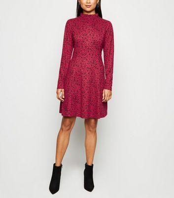 Petite – Rotes, langärmliges Kleid mit Blumenmuster und weicher Haptik Für später speichern Von gespeicherten Artikeln entfernen