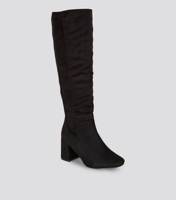 Wide Fit – Schwarze, kniehohe Stiefel mit ausgestelltem Absatz Für später speichern Von gespeicherten Artikeln entfernen