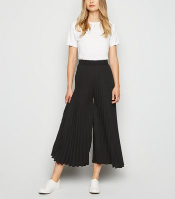 Black Pleated Crop Trousers by New Look
