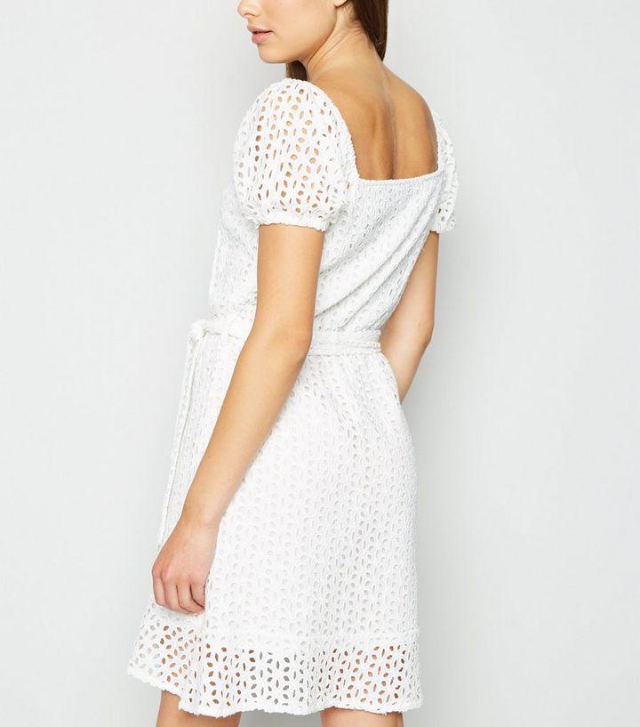 reputable site 81d14 f12b1 Influence – Weißes Kleid mit Taillenband und Stickerei Für später speichern  Von gespeicherten Artikeln entfernen