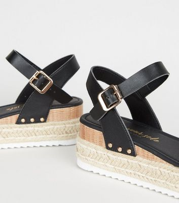 Sandales noires en similicuir à plateformes style