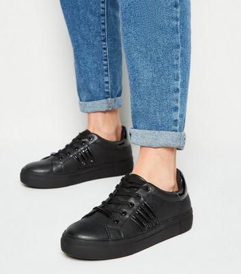Schwarze Sneaker zum Schnüren in Glitzer Optik mit Streifen Für später speichern Von gespeicherten Artikeln entfernen